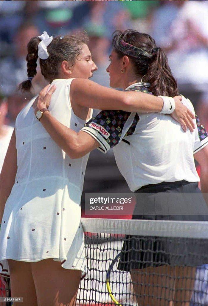 Monica Seles (L) hugs Gabriela Sabatini after thei : News Photo