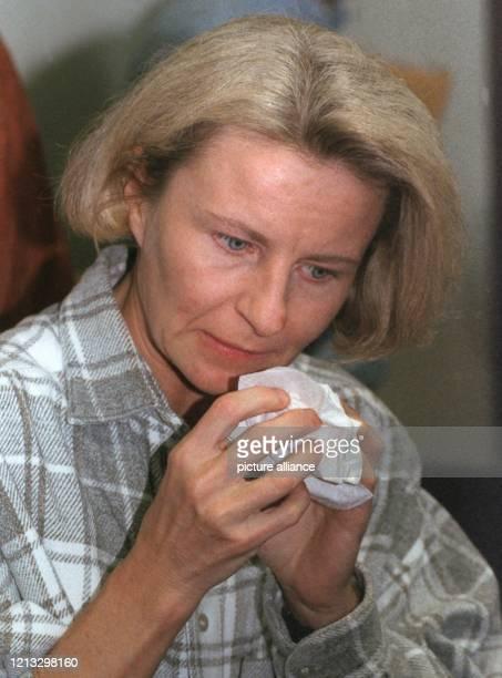Monika Böttcher vormals Weimar wischt sich am 2341997 im Gießener Landgericht nach der Urteilsverkündigung die Tränen weg Fast elf Jahre nach dem Tod...