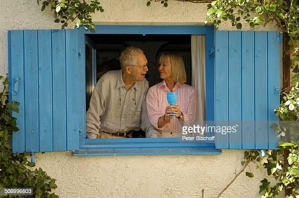 Monika Lundi Ehemann Hans Stetter Homestory Ferienhaus Hohenau Efeu Fenster Fensterrahmen Ehepaar Ehefrau Schauspieler Schauspielerin Promi PNr...
