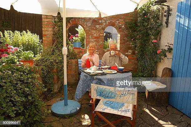 Monika Lundi Ehemann Hans Stetter Homestory Ferienhaus Hohenau Efeu Kuchen Terrasse Ehepaar Ehefrau Schauspieler Schauspielerin Promi PNr 888/2005 BB...