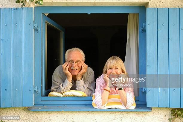 Monika Lundi Ehemann Hans Stetter Homestory Ferienhaus Hohenau Fenster Fensterrahmen Ehepaar Ehefrau Schauspieler Schauspielerin Promi PNr 888/2005...