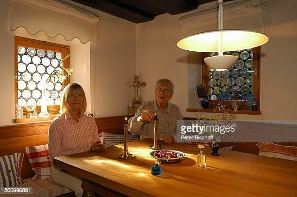 Monika Lundi Ehemann Hans Stetter Homestory Ferienhaus Hohenau Küchentisch Kerze Kerzen Kreuz Ehepaar Ehefrau Schauspieler Schauspielerin Promi PNr...
