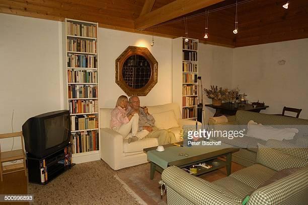 Monika Lundi, Ehemann Hans Stetter, Homestory, Ferienhaus Hohenau , , Wohnzimmer, Sofa, Pfeife, Pfeiferauchen, rauchen, Fernseher, Bücher,...