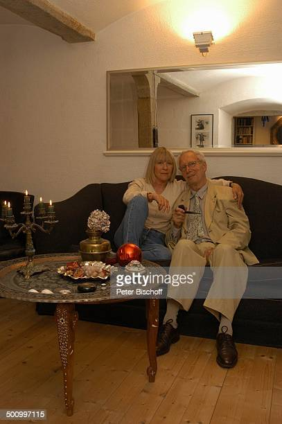 Monika Lundi Ehemann Hans Stetter Homestory Ferienhaus Hohenau Wohnzimmer Sofa Pfeife Pfeiferauchen rauchen Kerzen Kerzenständer umarmen Umarmung...