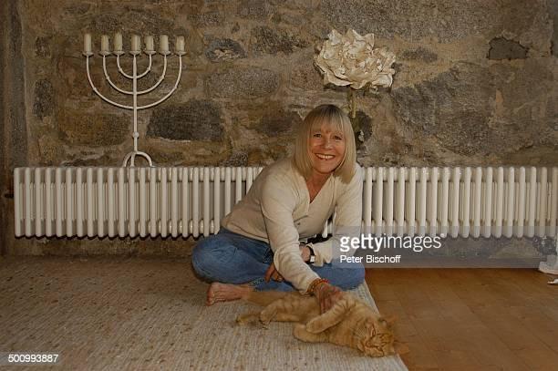 Monika Lundi Homestory Ferienhaus Hohenau Wohnzimmer Katze Tier Heizung Kerzenständer Schauspielerin Promi PNr 888/2005 BB Foto P Bischoff/MMate/CD...