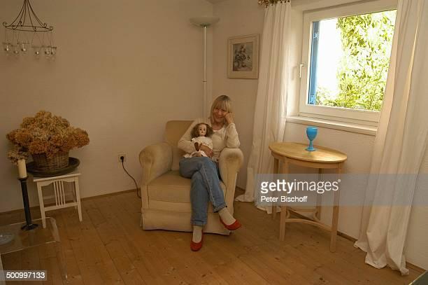 Monika Lundi, Homestory, Ferienhaus Hohenau , , Wohnzimmer, Sessel, Puppe, Schauspielerin, Promi P.-Nr.: 888/2005, BB; Foto: P. Bischoff/M.Mate/CD;...