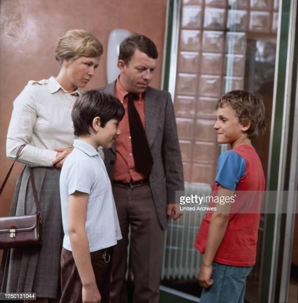 Monika Lundi Thomas Georgi Jochen Striebeck und Sasa Golubowic in Adoptionen Regie Hartmut Griesmayr 1978