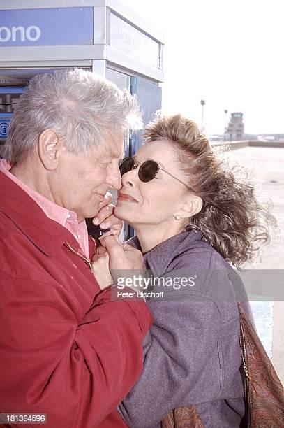 Monika Peitsch Günter Pfitzmann Las Palmas Gran Canaria Spanien Europa Hand halten verliebt Telefonieren Sonnenbrille Schauspielerin...