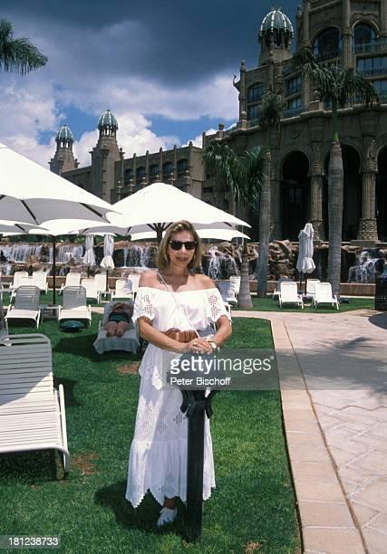 Monika Peitsch neben den Dreharbeiten zur PRO 7 Serie Glueckliche Reise Folge 17 Suedafrika Sun City/Bophutthatswana/SuedAfrika Hotel Palace Garten...