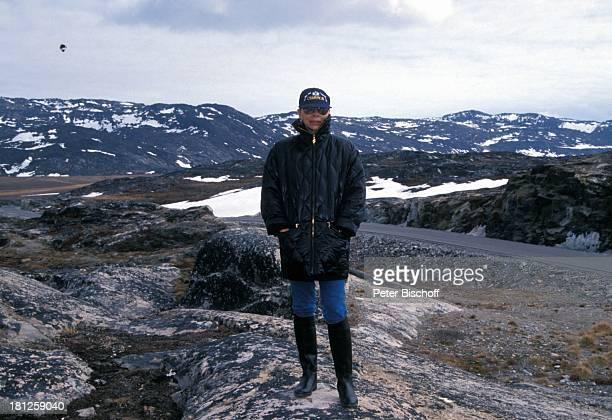 Monika Peitsch neben den Dreharbeiten zur PRO 7 Serie Glueckliche Reise Folge 21 Groenland Jacobshavn Arktis Europa Panorama Berge Schnee Eis Muetze...