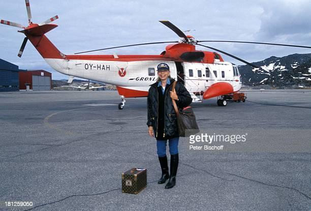Monika Peitsch neben den Dreharbeiten zur PRO 7 Serie Glueckliche Reise Folge 21 Groenland Jacobshavn Arktis Europa Flugplatz Hubschrauber Berge...