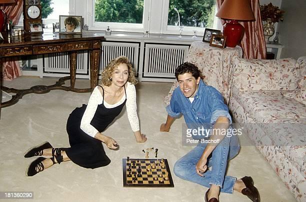 Monika Peitsch Sohn Philipp Christopher Deutschland Europa Liegen Spielen Schach Mutter Kind Junge Familie Schauspielerin Synchronsprecherin DH/LR
