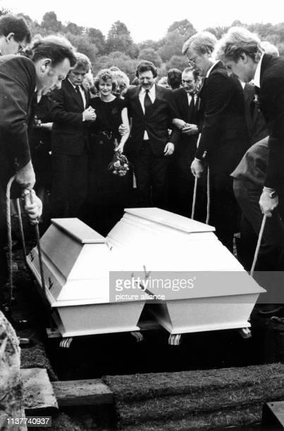 Monika und Reinhard Weimar bei der Beisetzung ihrer Kinder links ein Patenonkel Der Mordprozeß gegen Monika Weimar wird neu aufgerollt Das...