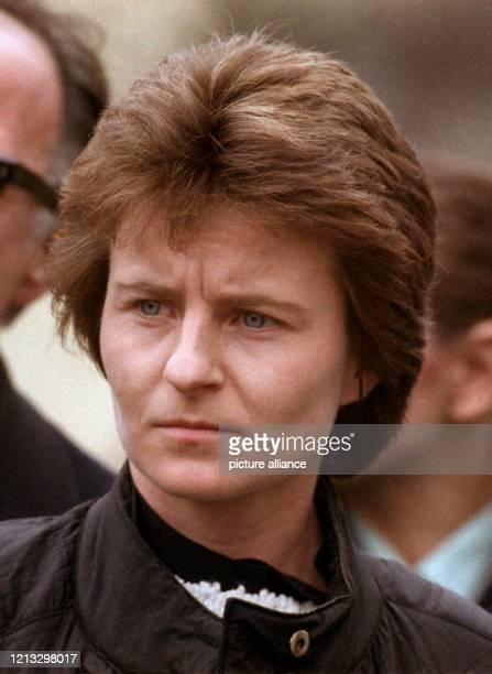 Monika Weimar auf dem Weg zum Gericht Der Mordprozeß gegen Monika Weimar wird neu aufgerollt Das Oberlandesgericht Frankfurt hob das 1988 gefällte...