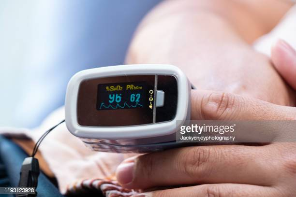 monitoring blood oxygen levels & pulse rate - medical oxygen equipment stock pictures, royalty-free photos & images