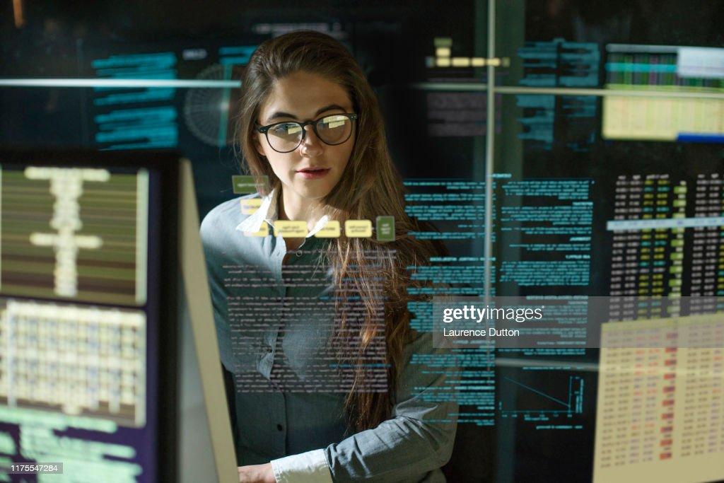 Bewaakt vrouw zie thru data : Stockfoto