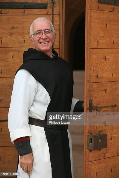 monk at citeaux abbey - cisterciense - fotografias e filmes do acervo