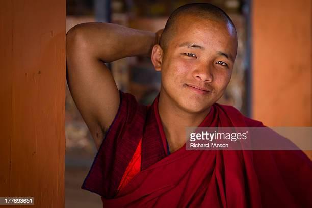 monk at punakha dzong - プナカ ストックフォトと画像
