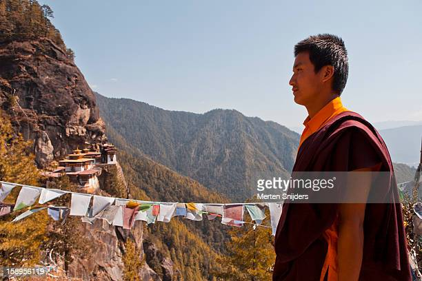 monk at tiger's nest monastery - merten snijders photos et images de collection