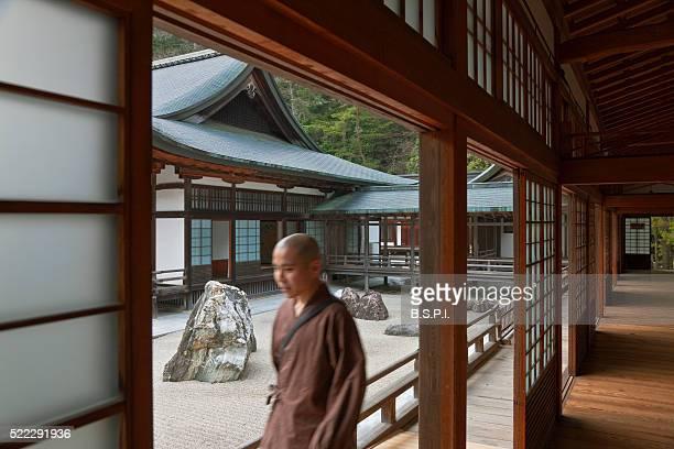monk by banryutei rock garden at kongobu-ji temple atop sacred koyasan mountain in wakayama, japan - koyasan stock-fotos und bilder