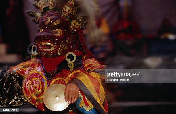 monk in elaborate mask and costume performing ritualistic dance at the mani rimdu festival at chiwang gompa (monastery). - mani rimdu festival stock pictures, royalty-free photos & images