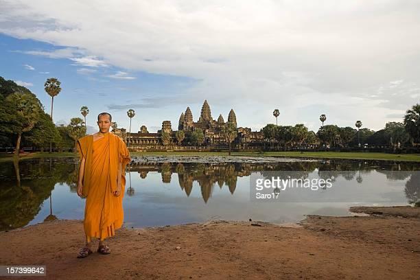 Moine en face d'Angkor Vat