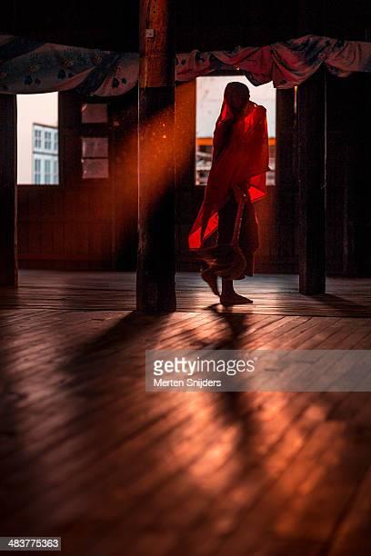 monk in red robe through window light - merten snijders - fotografias e filmes do acervo