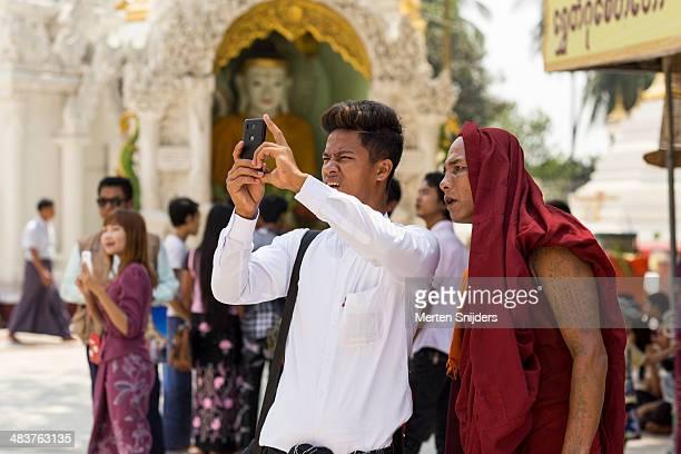 monk observes camera phone result - merten snijders photos et images de collection