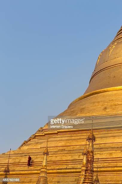 monk on ledge at shwedagon pagoda - merten snijders stockfoto's en -beelden