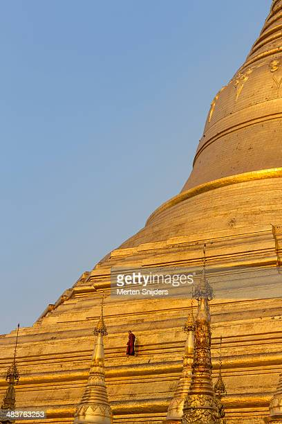 monk on ledge at shwedagon pagoda - merten snijders - fotografias e filmes do acervo