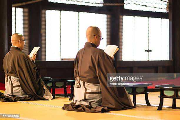monk praing at the temple - wat stock pictures, royalty-free photos & images