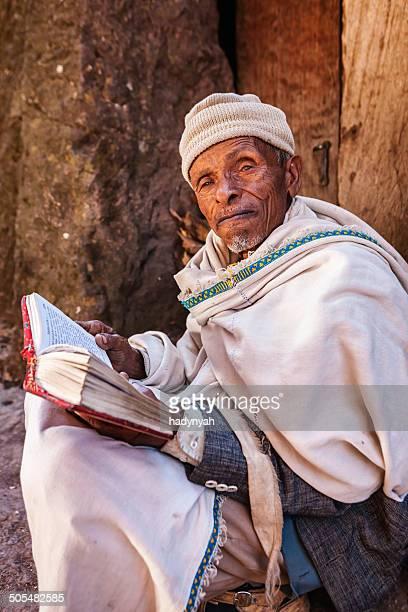 モンクリーティングご予約は、ホテルの近くのラリベラの教会 - エチオピア ストックフォトと画像
