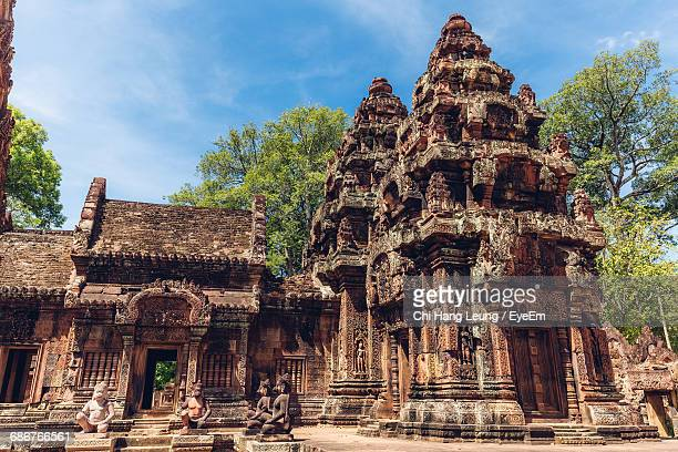 monkey statues at doorway of banteay srei temple in angkor wat - banteay srei stock pictures, royalty-free photos & images