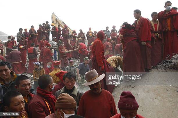 Monks and ethnic Tibetans search for survivors in the earthquake-hit town of Gyegu in Yushu County, Qinghai province, April 17,2010.VCP