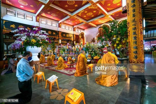 僧侶たちはヴィン・ギエム塔の本堂で悔い改めの祈りを唱えている - 詠唱 ストックフォトと画像