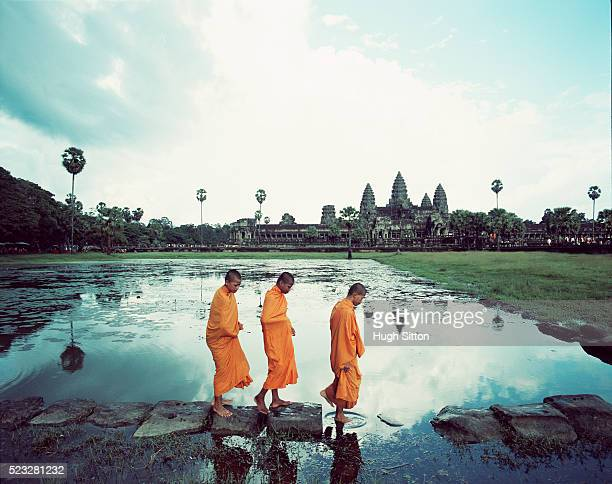 monks at angkor wat. cambodia - buddhismus stock-fotos und bilder