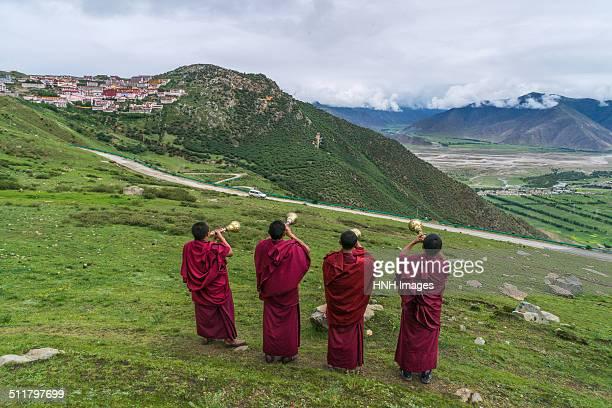 monks at ganden monastery - tibet - shangri la stockfoto's en -beelden
