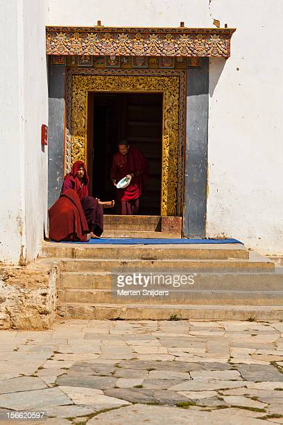 monks at monastery - merten snijders photos et images de collection