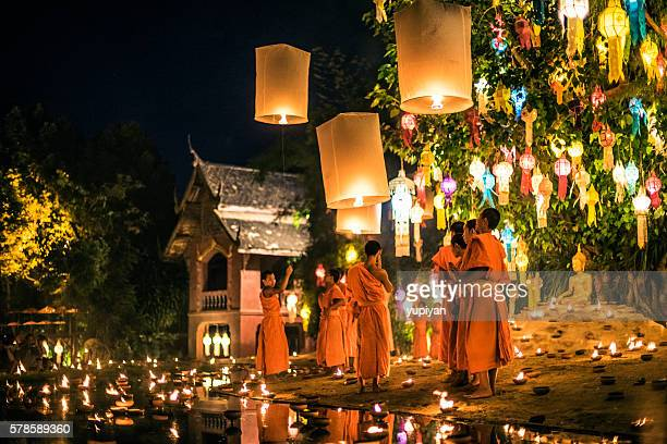 monks at phan tao temple during the loi krathong festival - provincia di chiang mai foto e immagini stock