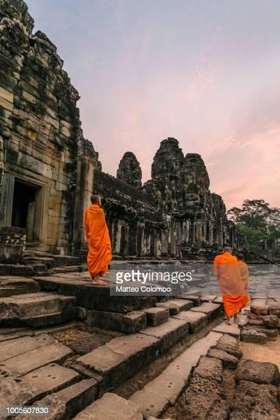 monks at sunrise inside angkor wat temple, cambodia - アンコールワット ストックフォトと画像