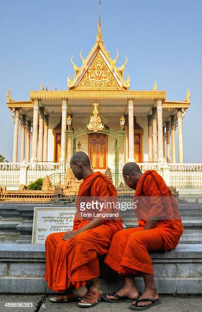 monks at the silver pagoda, phnom penh - phnom penh stock pictures, royalty-free photos & images