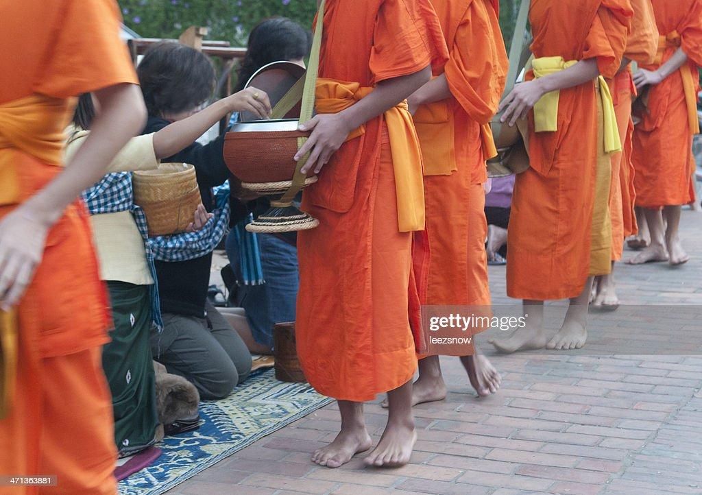 Lediglich ein Almosen in Sie die Mönche Luang Prabang, Laos : Stock-Foto