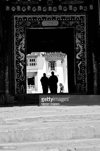 monks entering gangtey monastery - merten snijders stockfoto's en -beelden