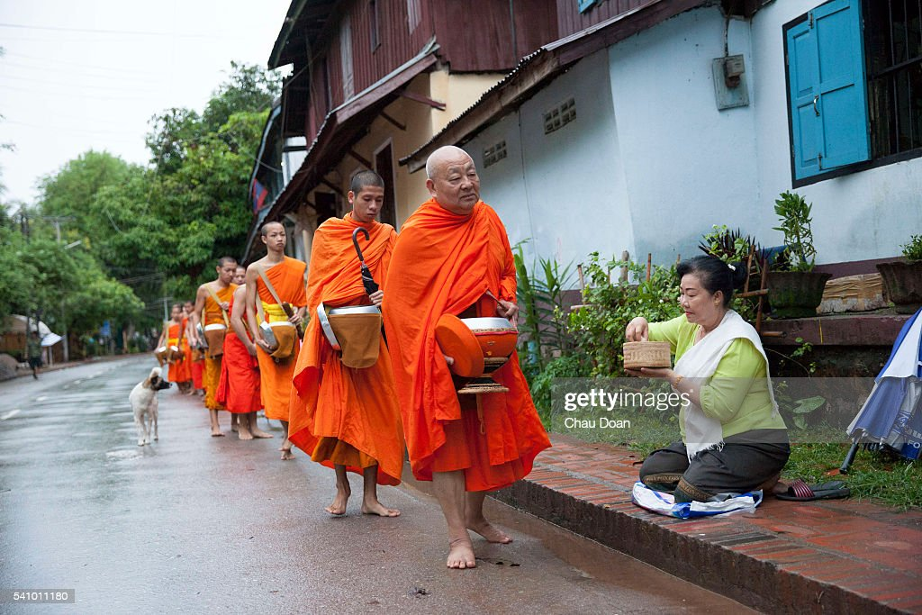 Monks getting donated food on the street of Luang Prabang,... : Nachrichtenfoto