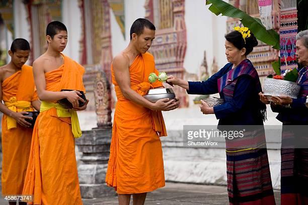 monks in a line - sukhothai stockfoto's en -beelden