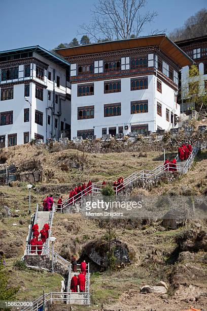 monks leaving trongsa dzong by stairs - merten snijders photos et images de collection