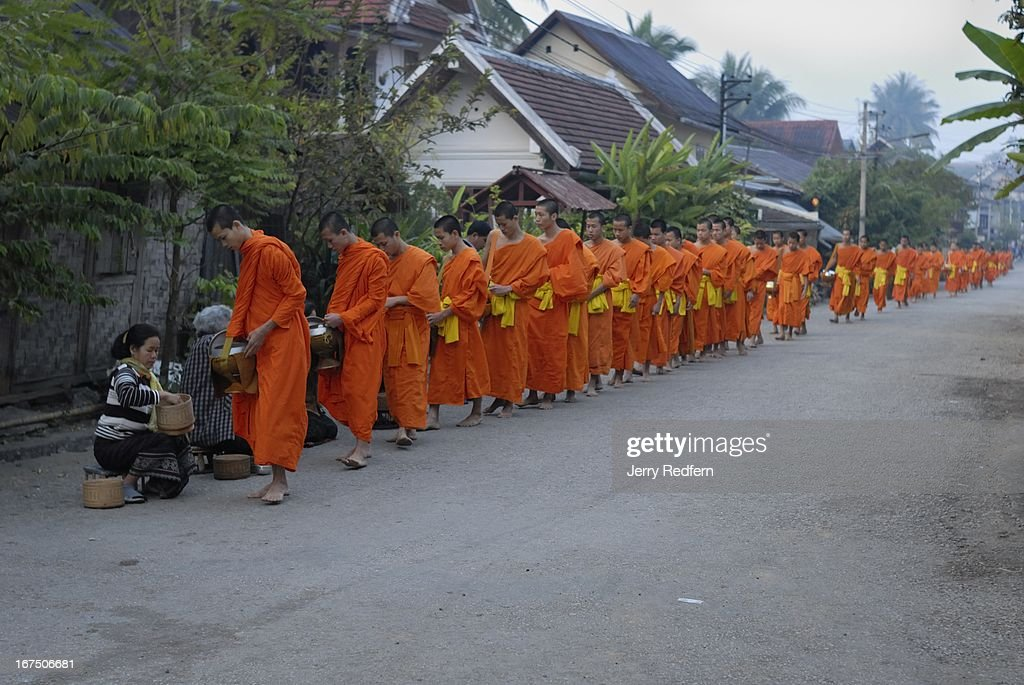 Monks parade through the streets to receive alms in the... : Nachrichtenfoto