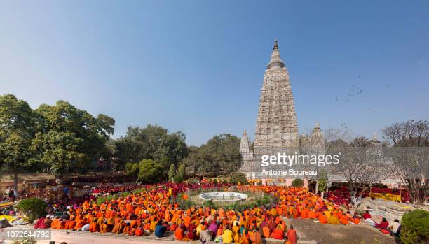 monks praying in front of the mahabodhi temple in bodhgaya, gaya, state of bihar, india - buddha state stock pictures, royalty-free photos & images