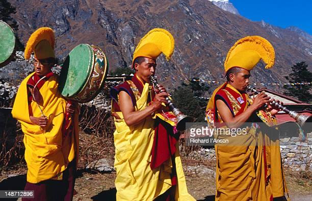 monks sounding horns abd drums at mani rimdu festival. - mani rimdu festival stock pictures, royalty-free photos & images
