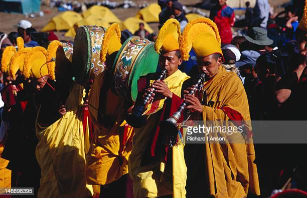monks sounding horns and drums at mani rimdu festival. - mani rimdu festival stock pictures, royalty-free photos & images